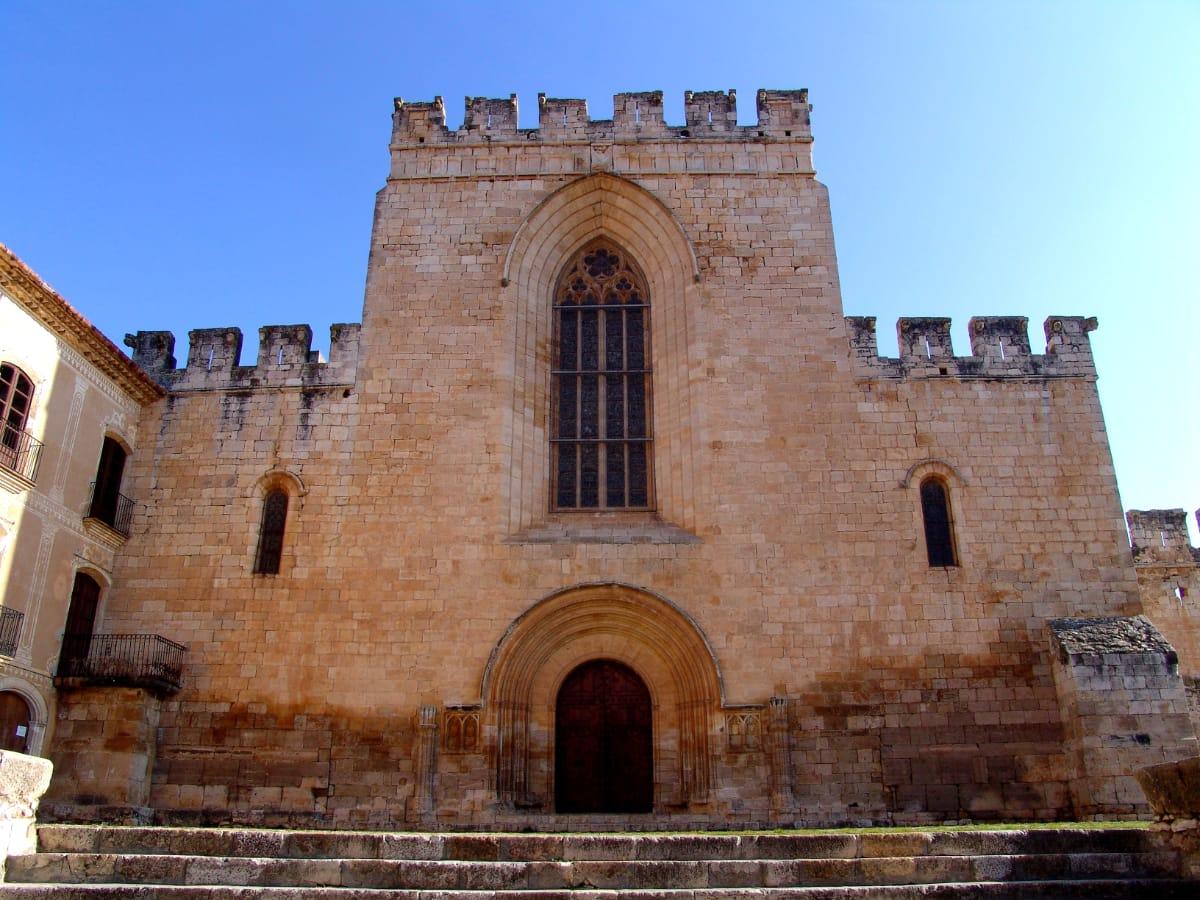 La façana de l'església del monestir de Santes Creus