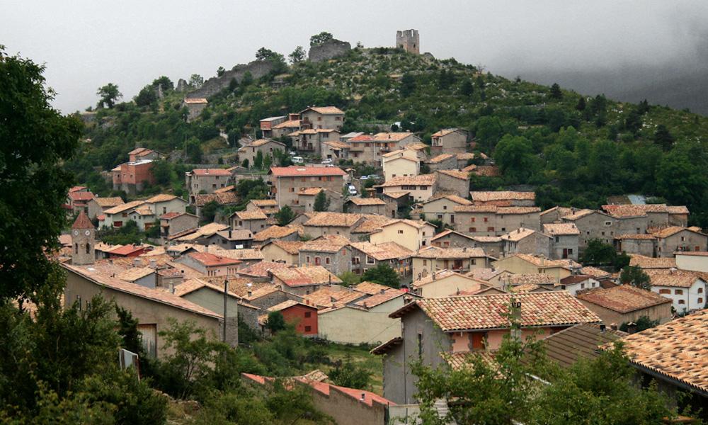 El nucli de Gósol, amb el castell al capdamunt del turó